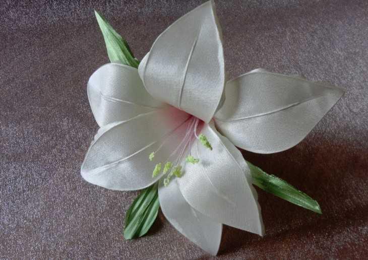Лилии из лент атласных