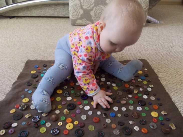 Как сделать интересную игрушку своими руками для ребенка до года
