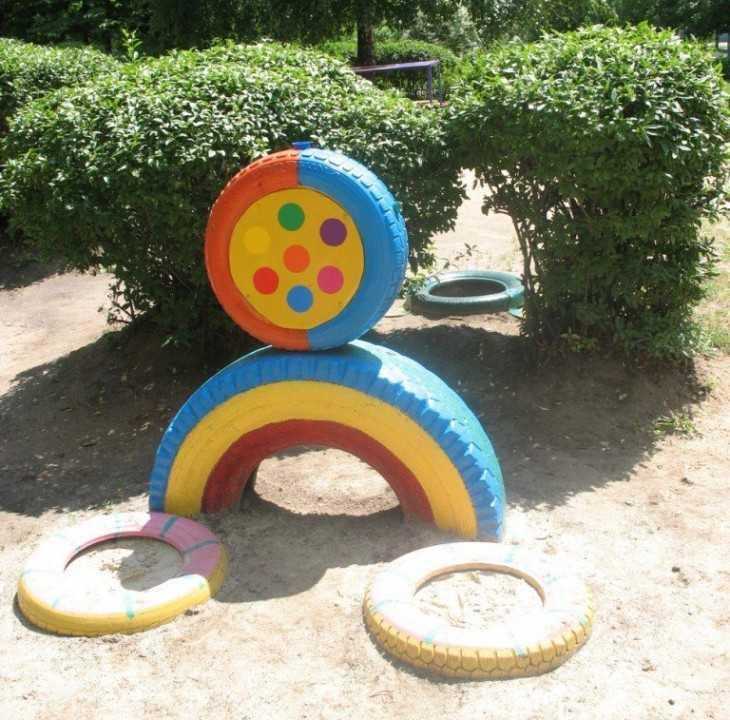 Поделка из бросового материала на участке детского сада 34