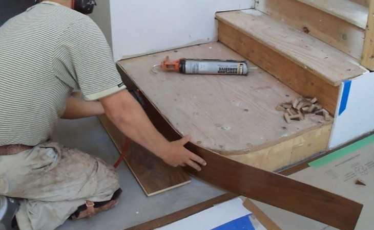 прибить порожек к деревянному полу принято